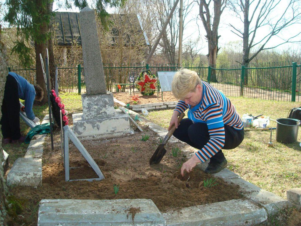 Уборка братского захоронения д. Борки
